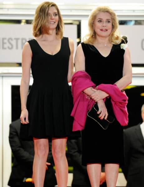 Parfois, les filles piquent aussi le look de maman, comme Chiara Mastroianni qui copie Catherine Deneuve