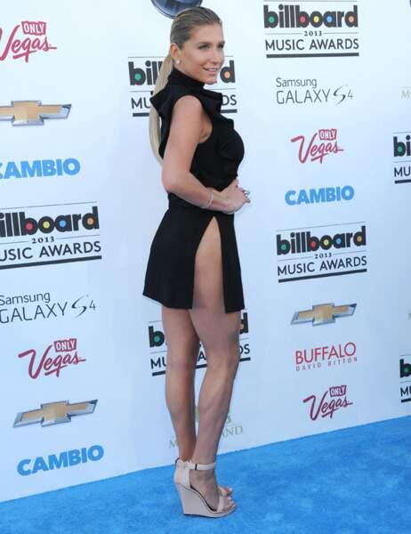 Ke$ha aussi porte la robe fendue