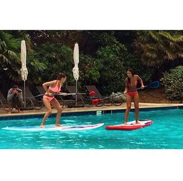 Laury Thilleman fait du paddle board (dans une piscine avec Flora Coquerel)