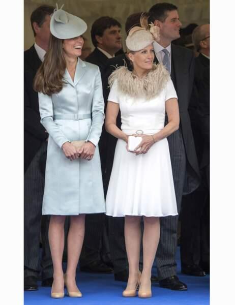 Mais quand William approche, Kate est tout sourire...