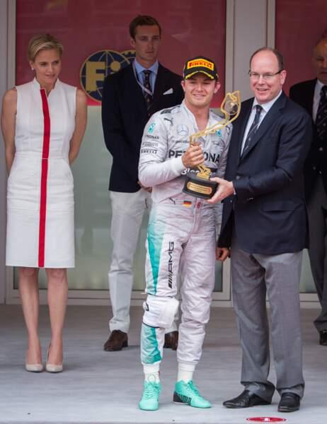 Le prince Albert II remet sa coupe à Nico Rosberg
