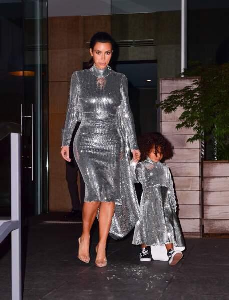 """Kim Kardashian et North West assorties pour un look """"tapis rouge de prestige"""""""