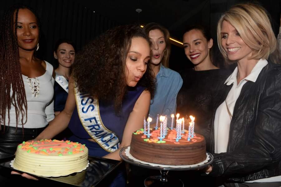 Alicia souffle ses bougies sous le regard de Sylvie Tellier, Corinne Coman, Marine Lorphelin et Camille Cerf