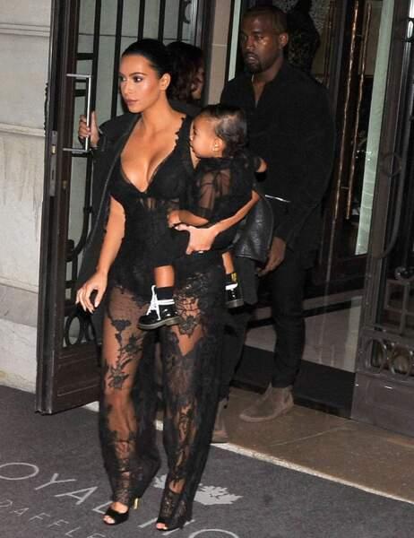 Kim Kardashian se rend au défilé Givenchy avec North
