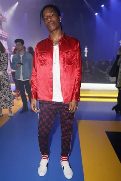 Le rappeur américain Asap Rocky a misé sur un pantalon de survêtement Gucci avec une petite chemise ern soie rouge