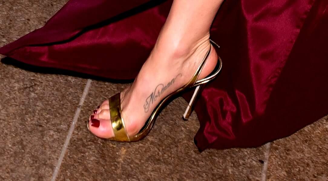 """Tatouage - Jenifer Aniston s'est fait tatouer le nom de son chien """"Norman"""""""