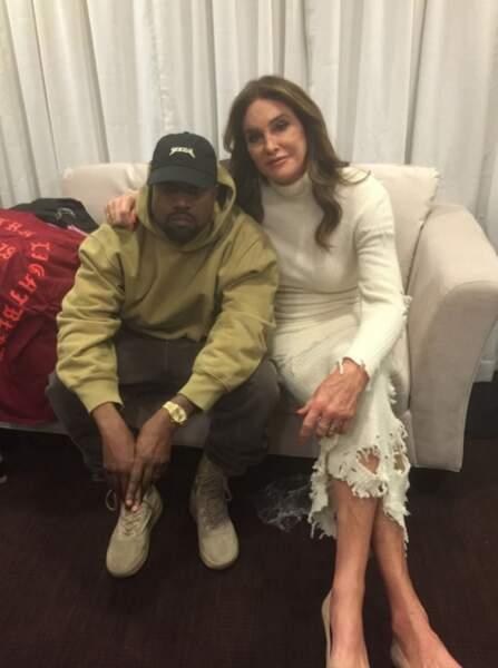 Caitlyn Jenner, elle aussi en robe à trous, a tenu à soutenir Kanye West backstage.