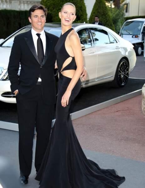 Palme de la robe construite comme un gruyère, y'a plus de trous que de tissu : Karolina Kurkova