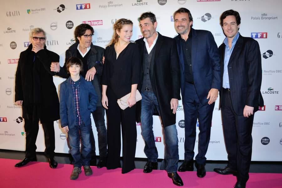 Thierry Neuvic, entouré de l'équipe de Belle et Sébastien