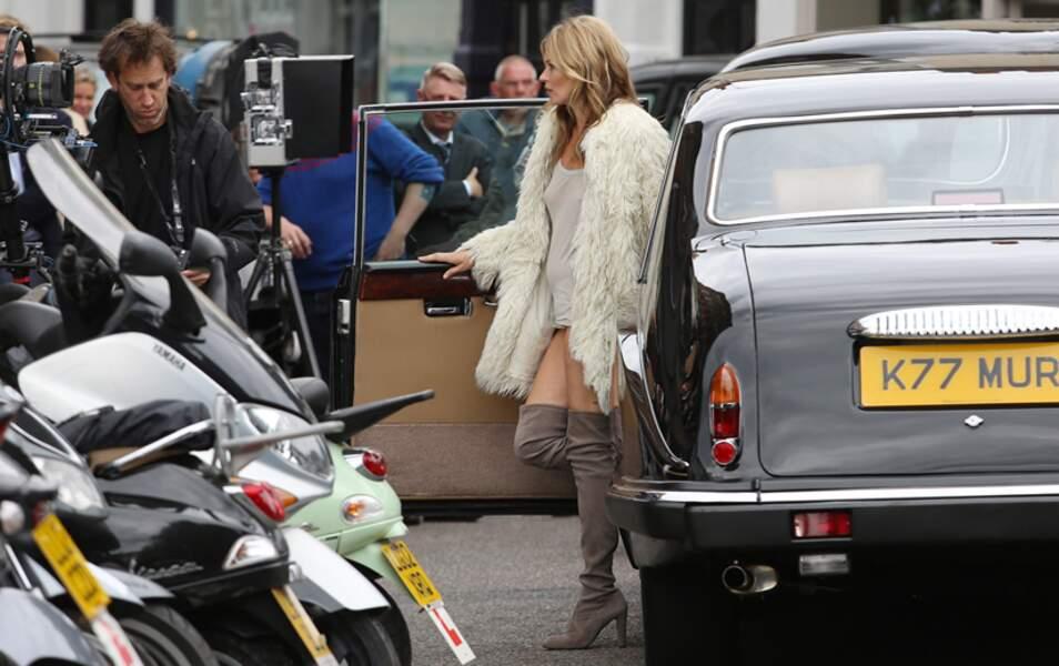 Kate Moss descend d'une belle voiture noire