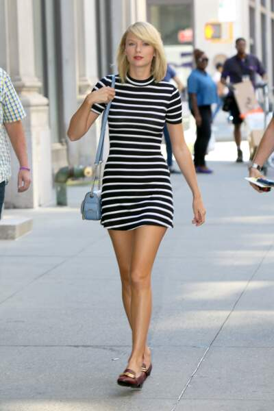 Taylor Swift adorable en minirobe rayée à col roulé