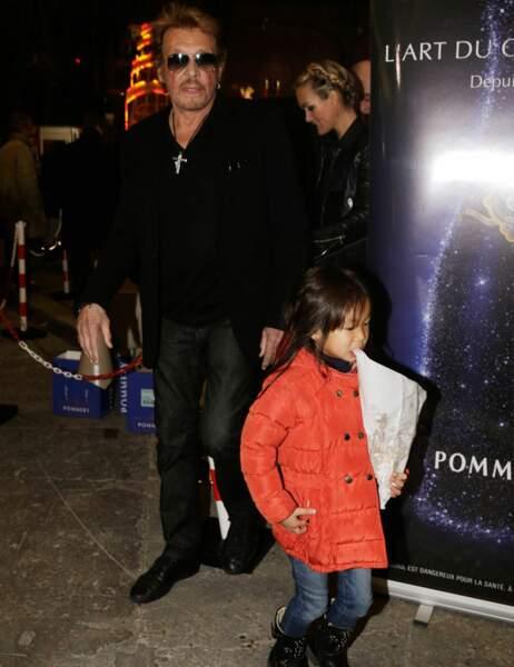 Johnny et Laeticia accompagnent leurs filles dans les allées de la fête foraine
