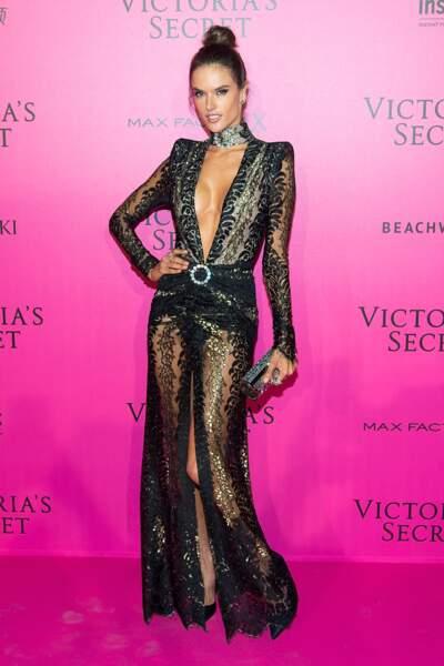 Défilé Victoria's Secret : Alessandra Ambrosio en robe Alessandra Rich