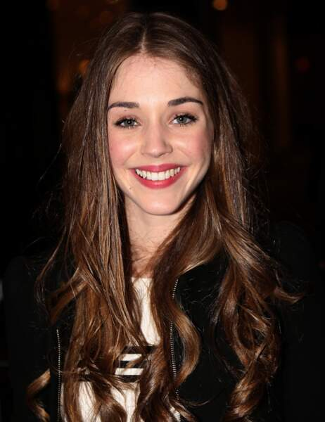 Teint frais et grand sourire pour Alice Isaaz