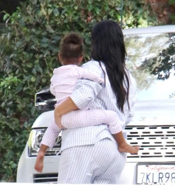 Kim K a couru partout, sa fille dans les bras
