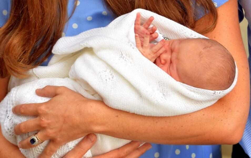 Voilà le petit prince de Cambridge en gros plan