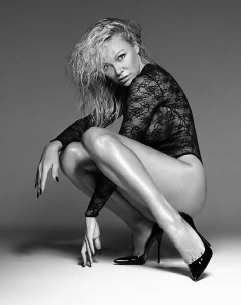 Seins nus, Pamela Anderson est sexy comme jamais pour un shooting de lingerie érotique