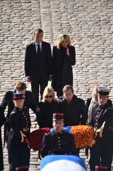 La famille de Charles Aznavour, Emmanuel et Brigitte Macron lors de l'hommage national à Charles Aznavour