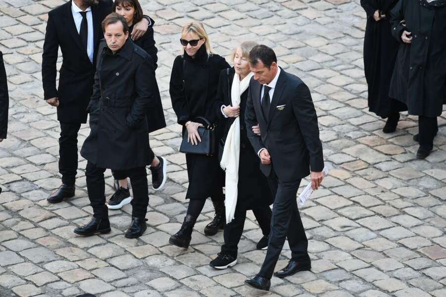 La famille de Charles Aznavour marchant derrière le cercueil à la fin de l'hommage national au chanteur