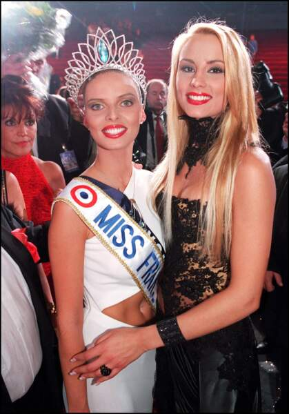 Sylvie Tellier fraîchement couronnée et celle qu'elle avait remplacé, Elodie Gossuin, Miss France 2001