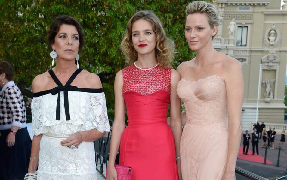Elle pose également entre deux princesses, Caroline de Hanovre et Charlène de Monaco