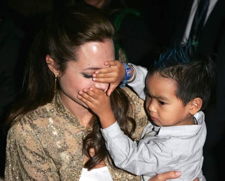 L'actrice en 2004 avec son fils Maddox, adopté quelques mois plus tôt
