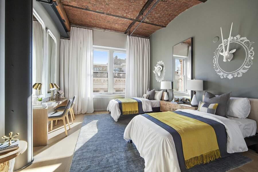 Une chambre avec deux lits