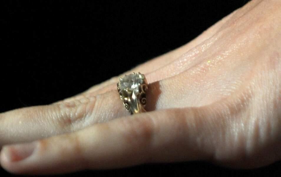"""et sa bague """"d'engagement"""" offerte par John Mayer (estimation : 30 000 dollars)"""