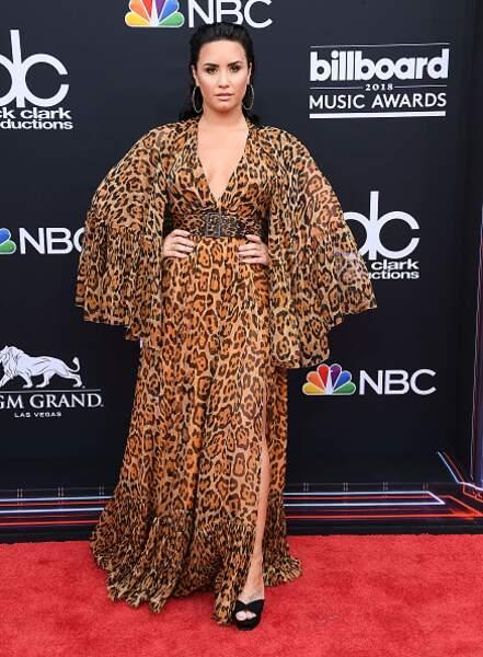 Don't : Demi Lovato ose la robe longue léopard avec des manches oversize