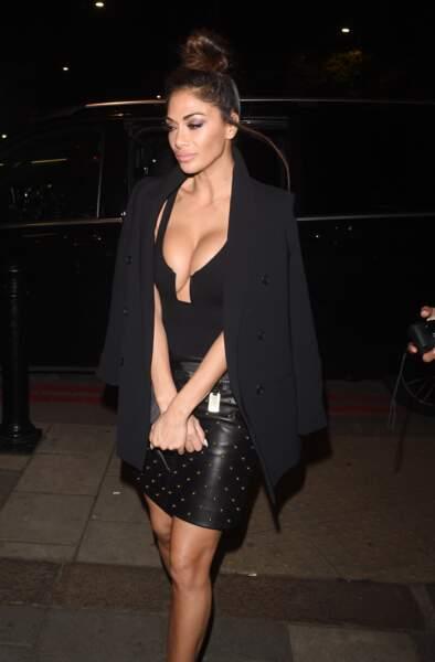 Nicole Scherzinger sexy : une veste nonchalemment posée sur épaules achevait son look