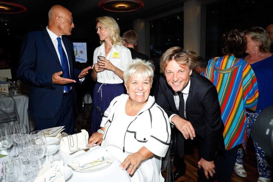 Mimie Mathy ne perd pas de temps ! Pendant sa photo avec Laurent Delahousse, elle a déjà réservé sa place à table !
