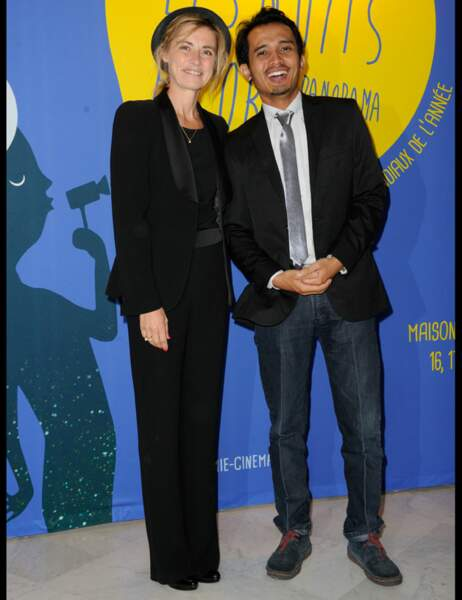 La comédienne Anne Consigny en tailleur noir accompagnée de Yosep Anggi Noen