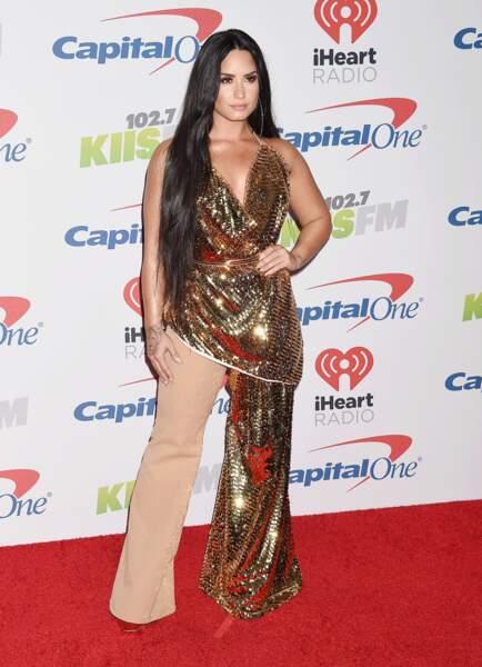 Don't : Demi Lovato dans sa combinaison asymétrique beige et sequins gold
