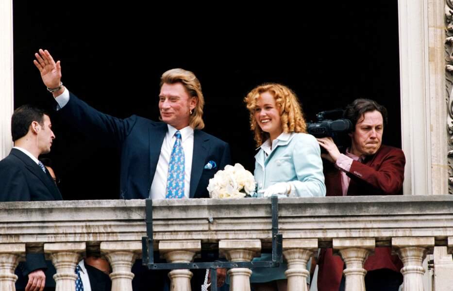 25 mars 1996 : Johnny Hallyday et Laeticia Hallyday lors de leur mariage à la mairie de Neuilly-sur-Seine