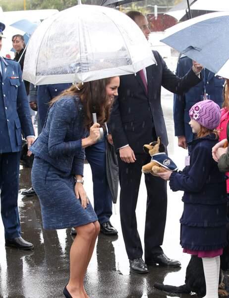 Une petite fille offre une peluche à la Duchesse...
