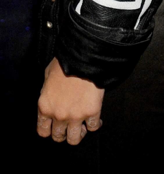 """Rihanna s'est fait tatouer """"Thug Life"""" en blanc sur les phalanges"""