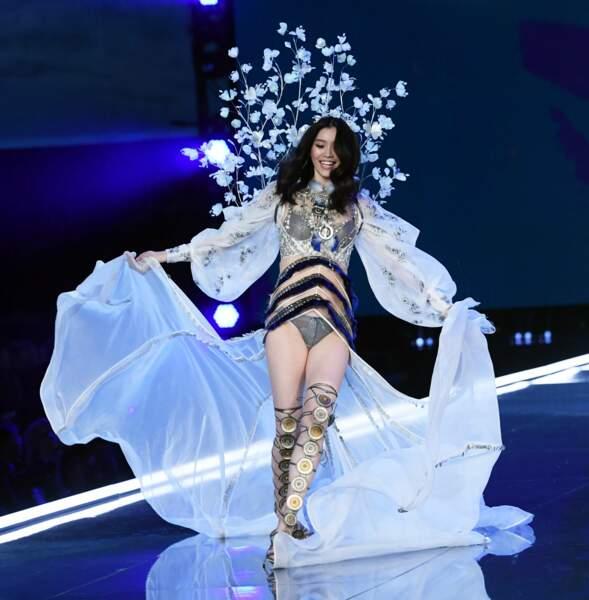 Tel un ange, Ming Xi virevoltait sur le podium du défilé Victoria's Secret