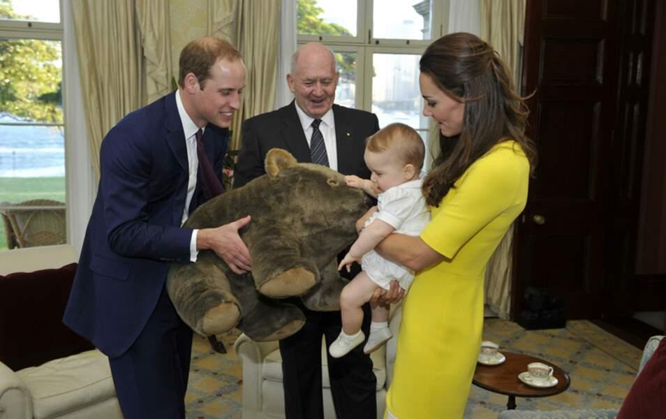 Georgie est gâté par Gouverneur Général d'Australie. Il reçoit une peluche plus grosse que lui !
