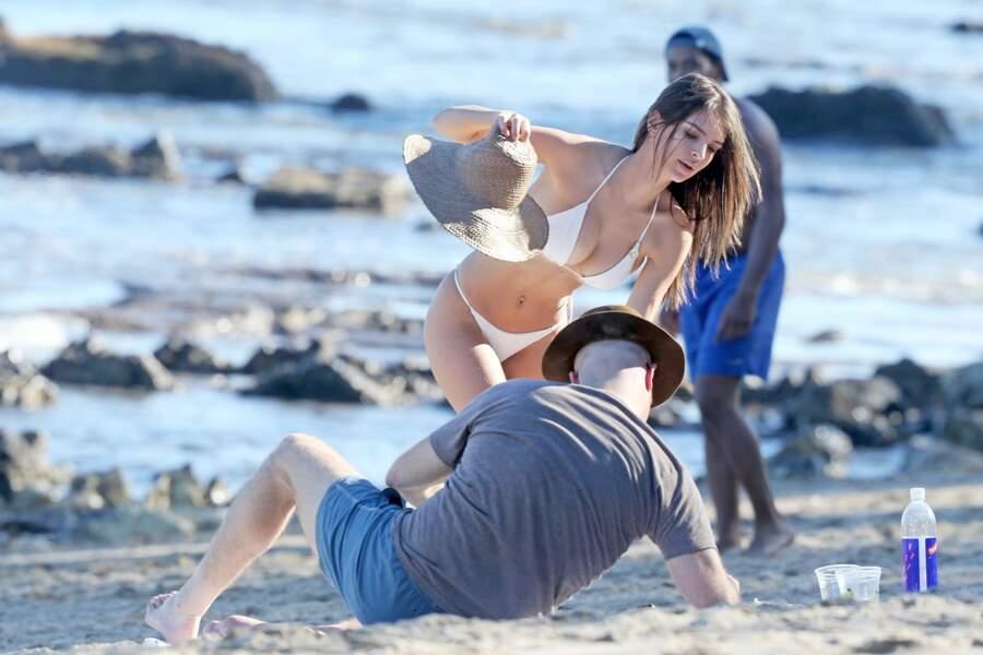 Emily Ratajkowski n'a pas besoin de demander à Jeff Magid 12 fois de lui mettre de la crème dans le dos...