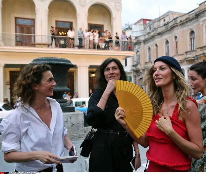 Défilé Chanel à Cuba : Mademoiselle Agnès, Emmanuelle Alt (rédactrice en chef de Vogue France) et Gisele Bündchen