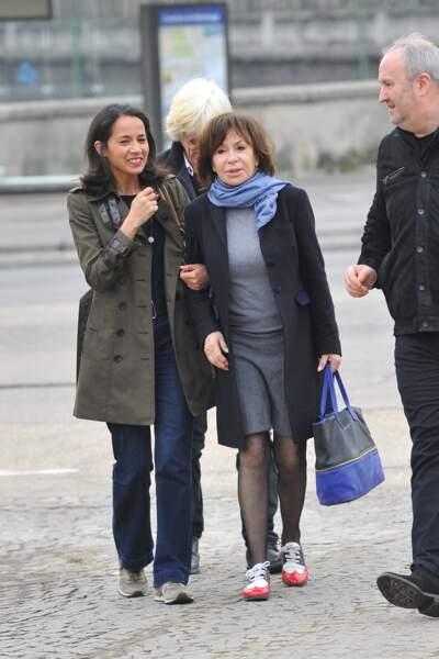 Sophia Aram et Danièle Évenou à l'enterrement de Véronique Colucci au cimetière de Montrouge, le 12 avril 2018