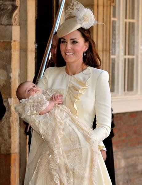 Une fois la cérémonie terminée, Kate repart avec son bébé
