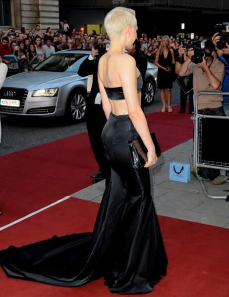 Mais elle s'est dit que la longue jupe noire à traîne, ça ferait plus classe