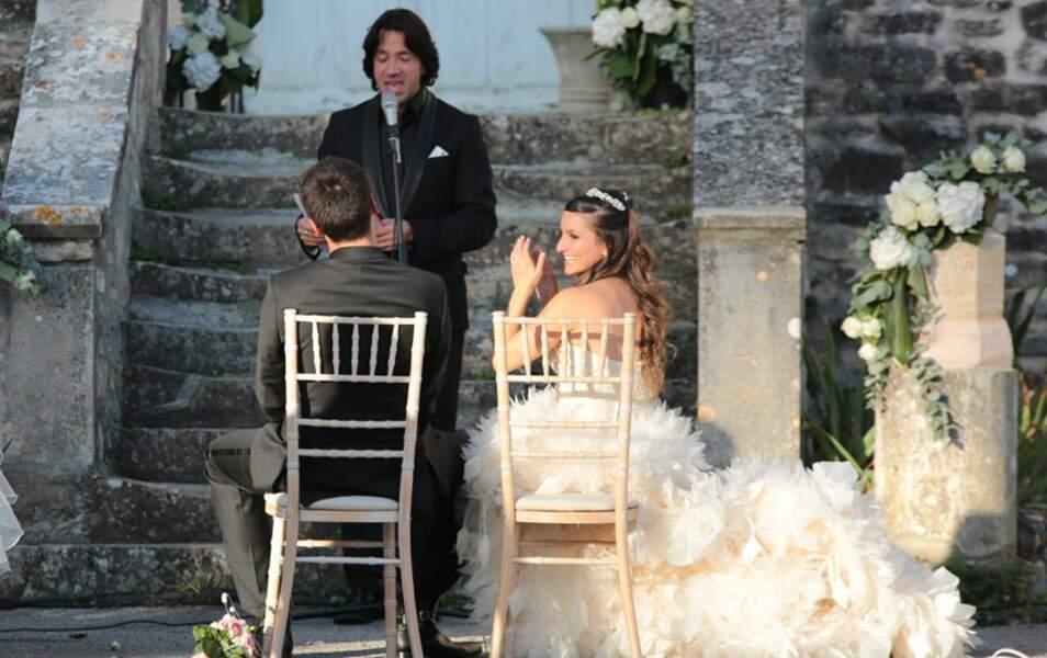 La jeune mariée est même hilare