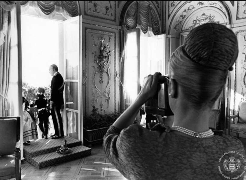 Moment d'intimité au Palais immortalisé par la princesse Grace