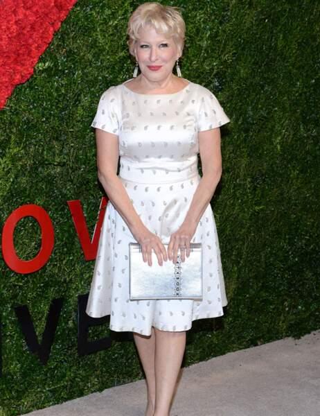 Ravissante dans sa robe blanche