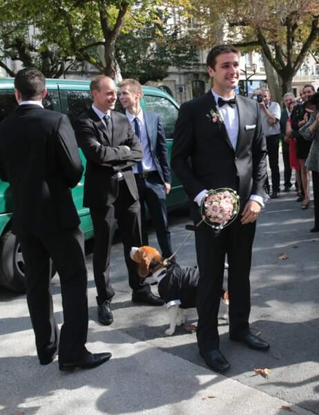 Quentin attend Noémie avec le bouquet de fleurs et le chien