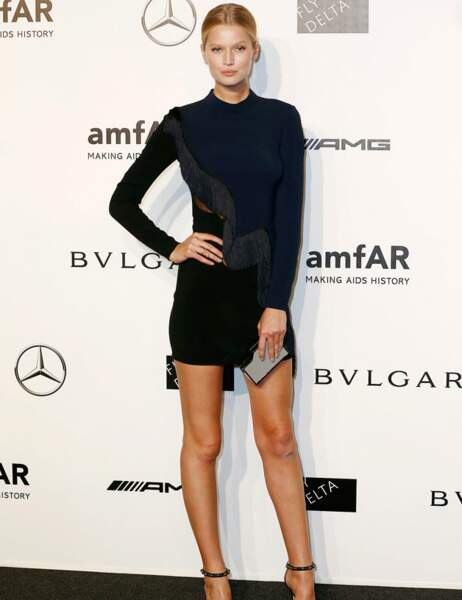 Toni Garrn, la copine de Leonardo DiCaprio, dans une courte robe noire et bleue