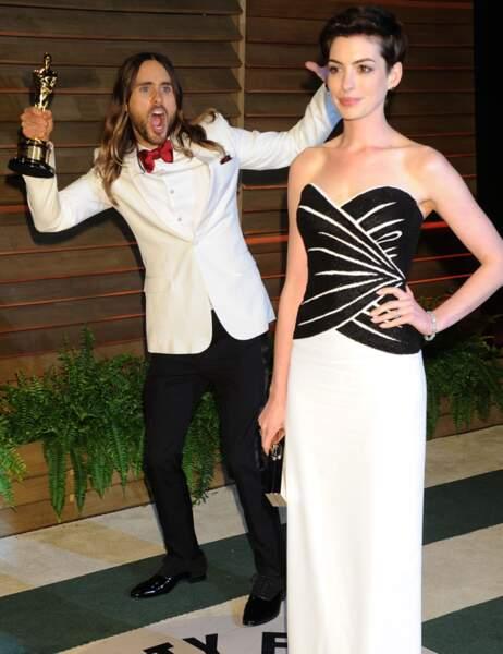 Anne Hathaway photobombée par Jared Leto