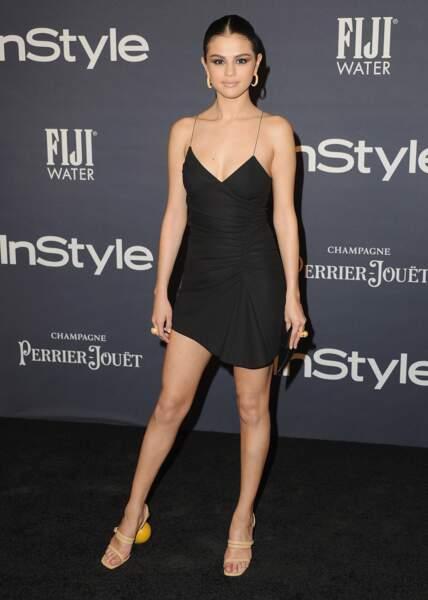 Do : Selena Gomez dans une petite robe noir simple et féminine